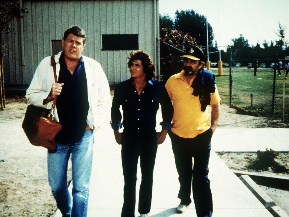 Alex (Ray Young, l.) erzählt Jonathan (Michael Landon, M.) und Mark (Victor French, r.), wie schwer es ist, den ersten Platz im Team zu behaupten. - Bildquelle: 20th Century Fox Television