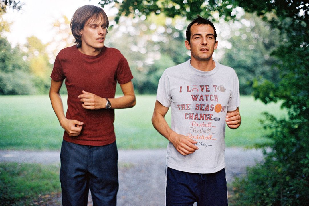 Tom (Matthias Walter, l.) und Jochen (Hans Werner Meyer, r.) lernen sich beim Joggen näher kennen. - Bildquelle: Erika Hauri Sat.1