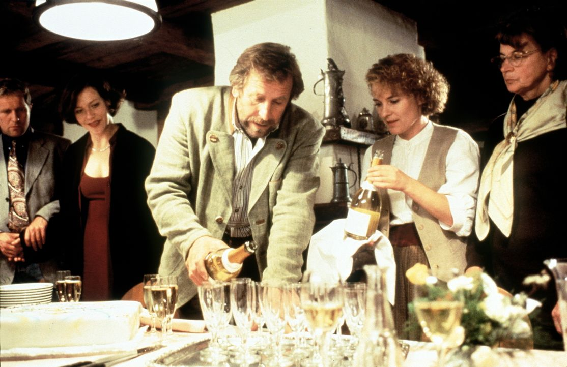 (v.l.n.r.) Dr. Justus Hallstein (Harald Krassnitzer); Lisa Brunner (Janina Hartwig); Luis (Hermann Giefer) - Bildquelle: Beta Film GmbH