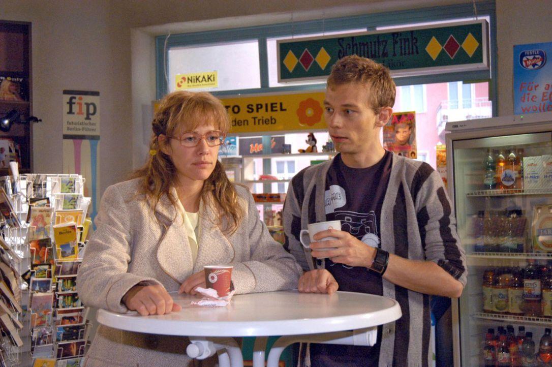 Gegenüber Jürgen (Oliver Bokern, r.) verflucht sich Lisa (Alexandra Neldel, l.), dass sie nicht offen zu David war, als dieser seine Beziehung zu Ma... - Bildquelle: Noreen Flynn Sat.1