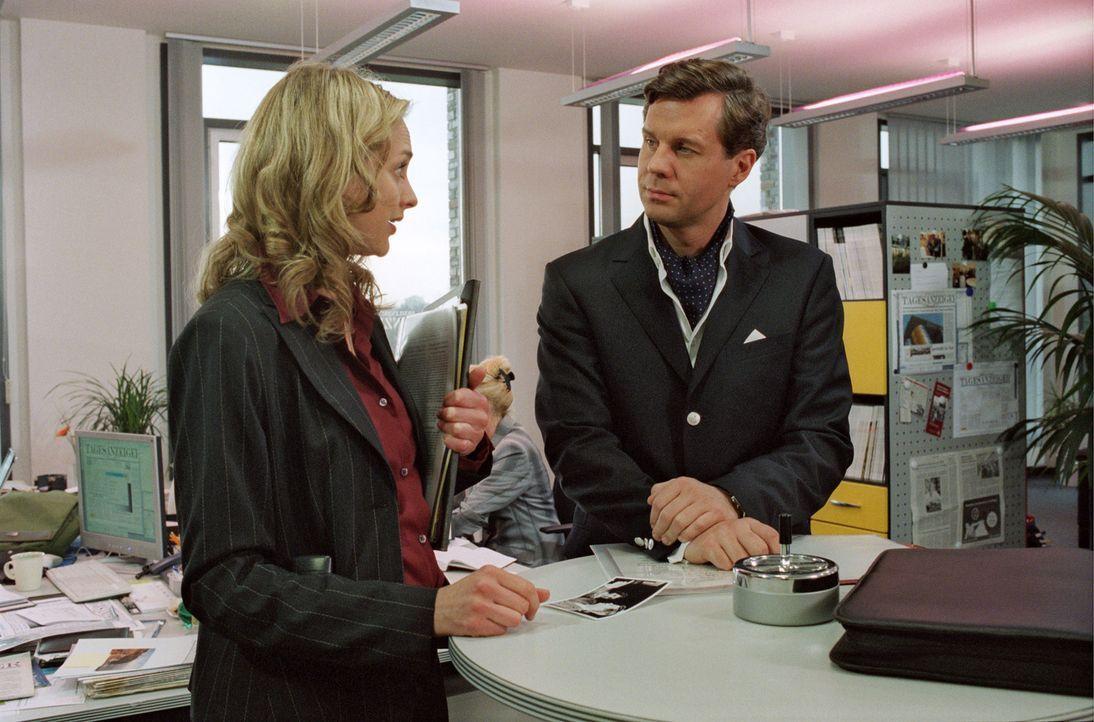 Nina (Sophie von Kessel, l.) glaubt Felix Rath (Thomas Heinze, r.) nicht und überprüft seine Angaben. - Bildquelle: Noreen Flynn Sat.1