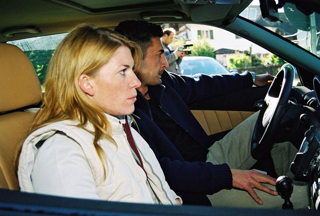 Routine: Katja Hansen (l.) und Tekin Kurtulus (r.) observieren einen Verdächtigen. - Bildquelle: Riedel Sat.1