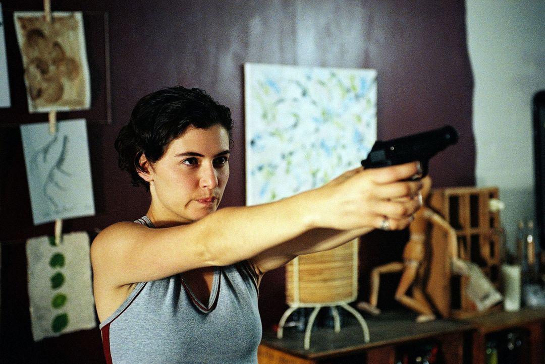 Kathrin (Esther Zimmering) fühlt sich bedroht und weil die Polizei ihr nicht glaubt, versucht sie sich mit einer Waffe selbst zu schützen. - Bildquelle: Wolfgang Jahnke Sat.1