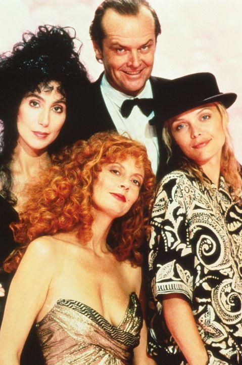Alex (Cher, l.), Jane (Susan Sarandon, vorne M.) und Sukie (Micelle Pfeiffer, r.) sehnen sich ihren Traummann herbei und bekommen ihn in Gestalt von... - Bildquelle: Warner Bros.