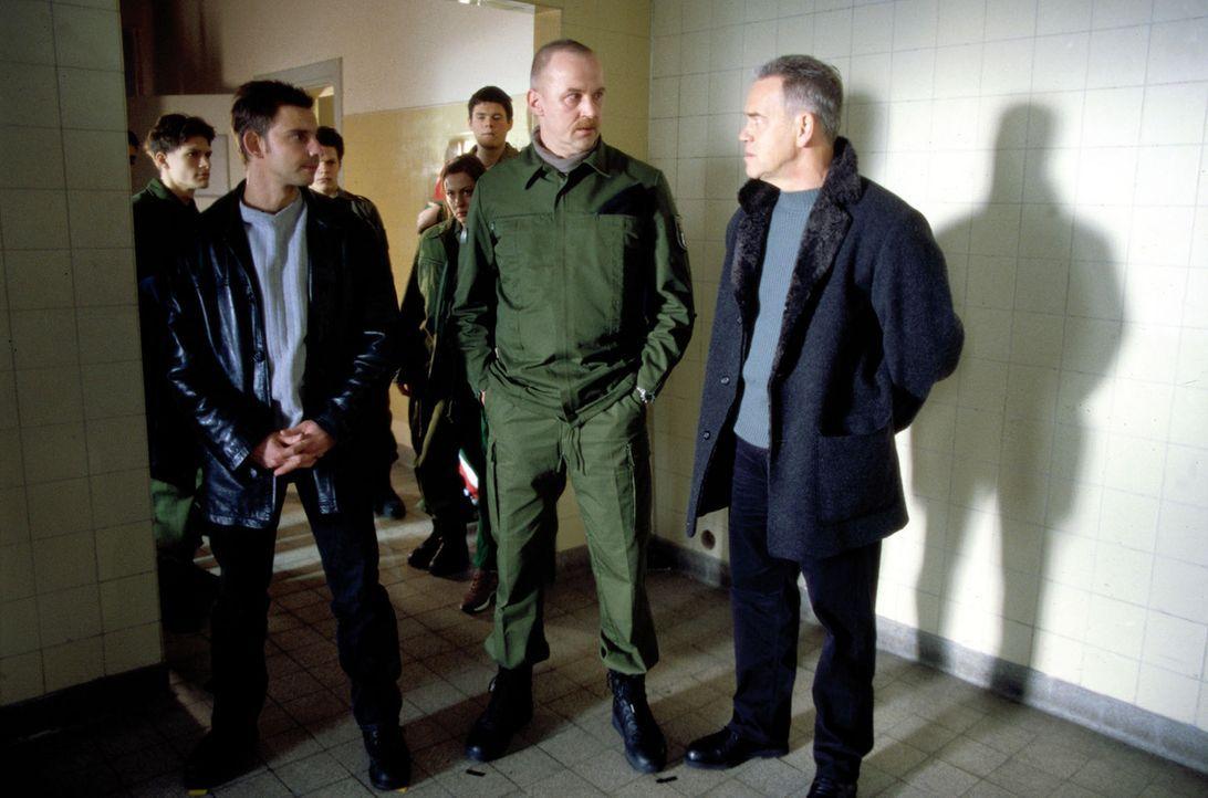 Kommissar Wolff (Jürgen Heinrich, r.) und Tom (Steven Merting, l.) befragen die Kollegen des farbigen Polizeischülers Enrico, der getötet wurde. - Bildquelle: Leslie Haslam Sat.1