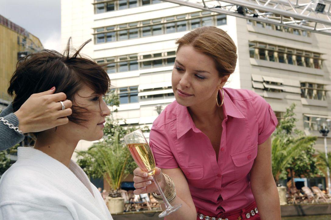 Katja (Karolina Lodyga, r.) will Model Jana (Wanda Badwal, l.) auf ihre Art außer Gefecht setzen. - Bildquelle: Oliver Ziebe Sat.1