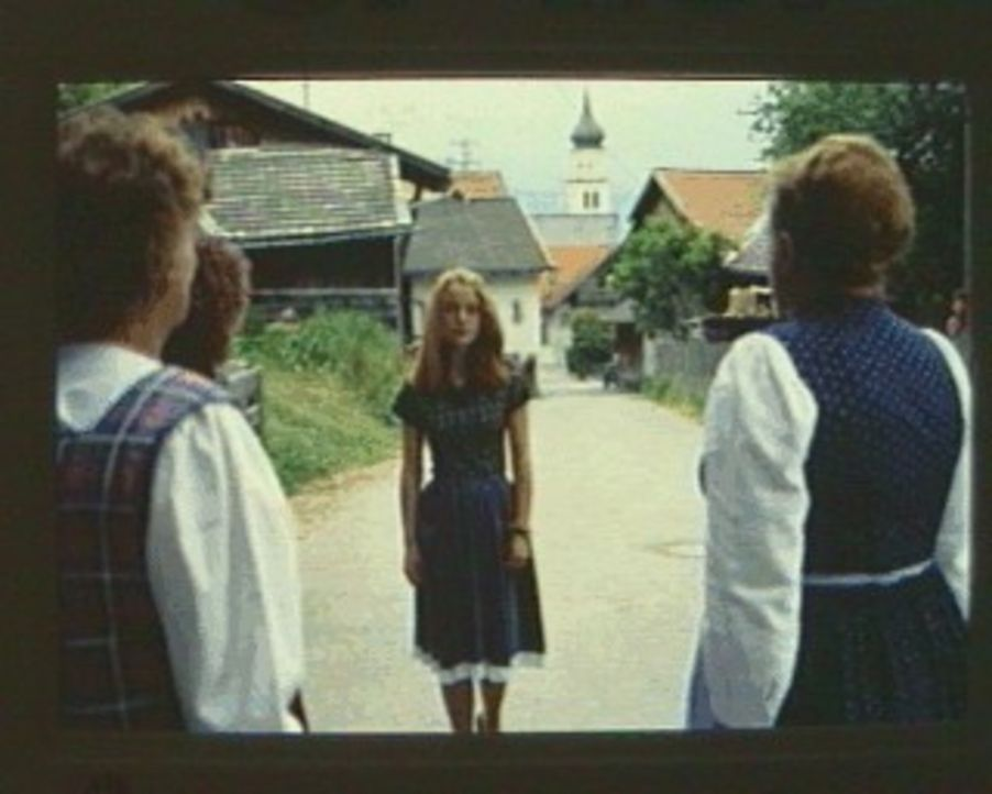 Die schöne Sonja (Tushka Bergen, M.) wird von den Dorfbewohnern als Hexe beschimpft und für eine Rinderseuche verantwortlich gemacht. Dadurch erleid... - Bildquelle: SAT.1