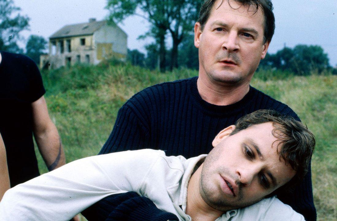 Als es zwischen Popeye und seinem Bruder Redford (Frank Stieren, l.) zum Streit kommt, kümmert sich Albrecht (Burghart Klaußner, r.) um den angescho... - Bildquelle: Jiri Hanzl SAT.1