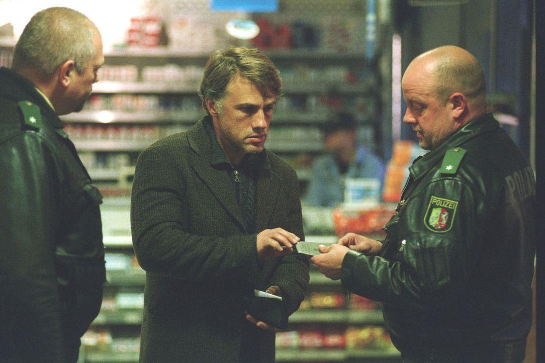Polizisten greifen den verwirrten Richard Seemann (Christoph Waltz, M.) nach 20 Jahren zufällig auf. - Bildquelle: Martin Kurtenbach Sat.1