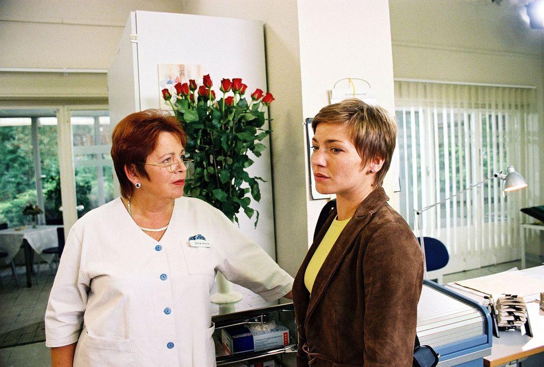 Stephanie (Claudia Schmutzler, r.) macht sich darüber Gedanken, von wem sie Rosen geschickt bekommen hat. Klara (Walfriede Schmitt, l.) hat auch kei... - Bildquelle: Monika Schürle Sat.1