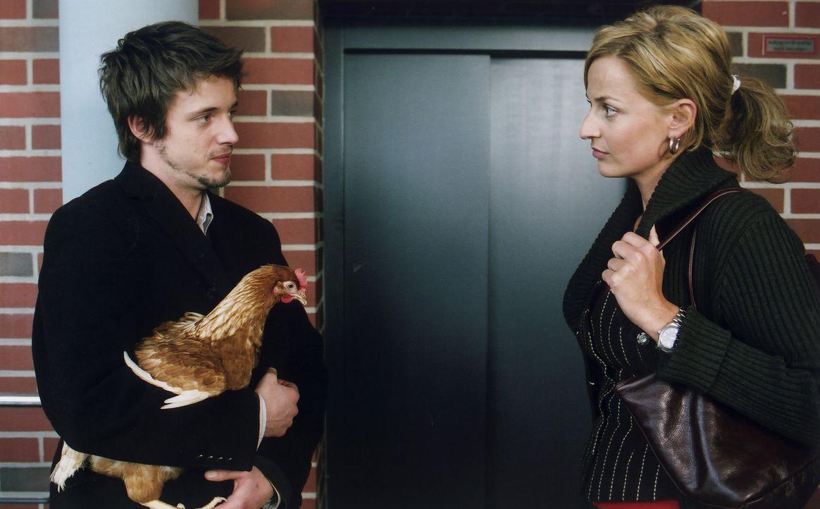 Chris' (Arne Lenk, l.) Vorgesetzte Bettina (Franziska Schlattner, r.) kann dessen Bedenken keineswegs nachvollziehen. Sie will mit möglichst skandal... - Bildquelle: Volker Roloff ProSieben
