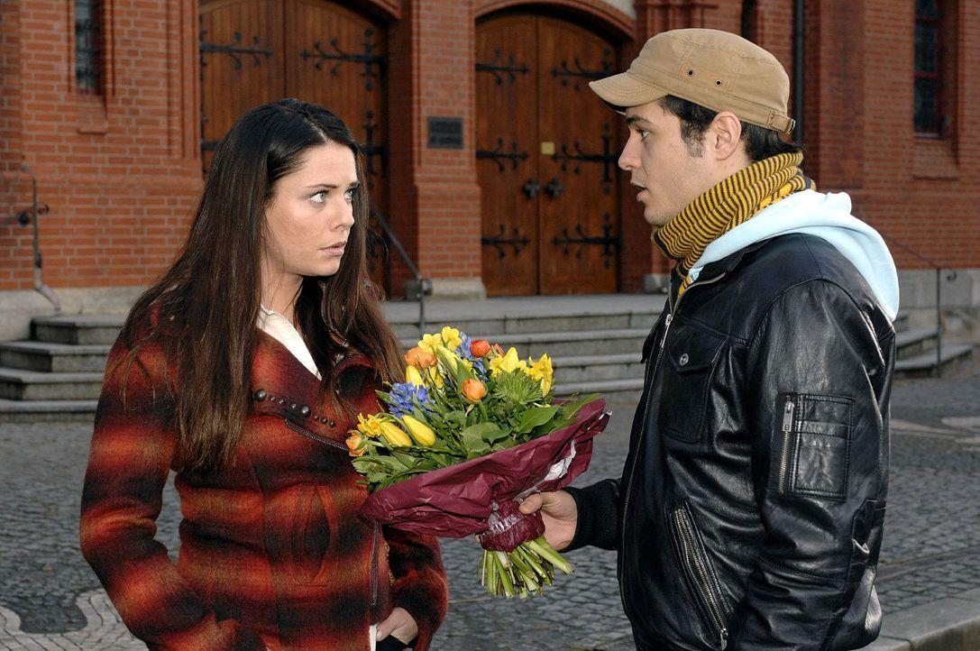 Als Maik (Sebastian König, r.) hoffnungsvoll auf Paloma (Maja Maneiro, l.) zugeht, begreift sie verletzt, dass ihre Nähe zu Lars nur Teil eines Verk... - Bildquelle: Oliver Ziebe Sat.1