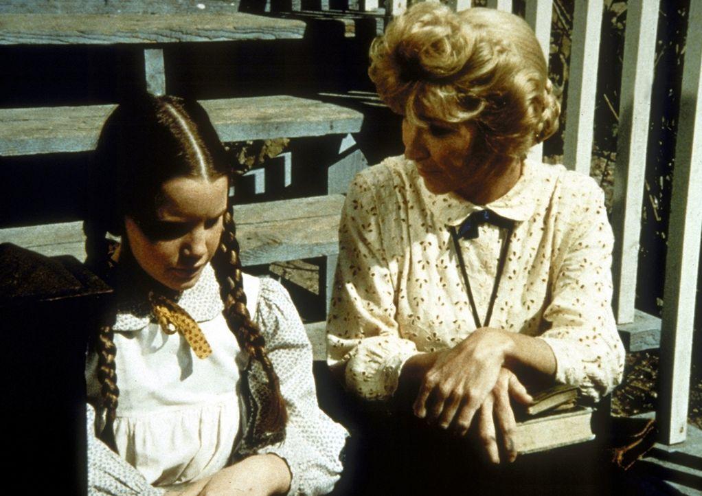 Miss Beadle (Charlotte Stewart, r.) macht sich Sorgen um Laura (Melissa Gilbert, l.) ... - Bildquelle: Worldvision