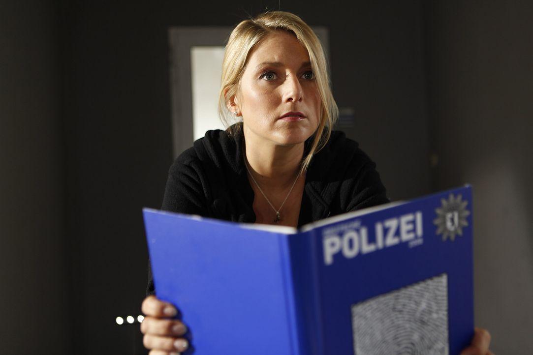 Als Sabine getarnt, nimmt Callgirl Lizzy (Jeanette Biedermann) die Sekretärinnenstelle im LKA an. Zunächst ist die junge Frau davon überzeugt, dass... - Bildquelle: Daniela Incoronato SAT.1