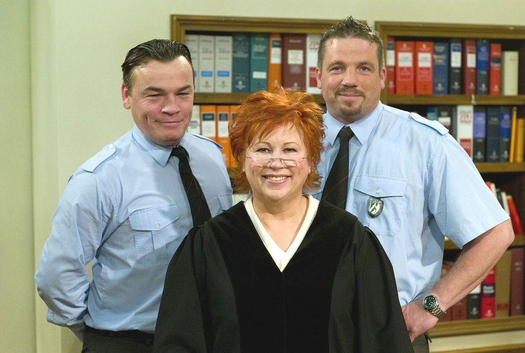 Richterin Barbara Salesch (M.), flankiert von dem Pförtner Herrn Küster (l.) und dem JVA-Beamten Herrn Bauer (r.) - Bildquelle: Stefan Menne Sat.1