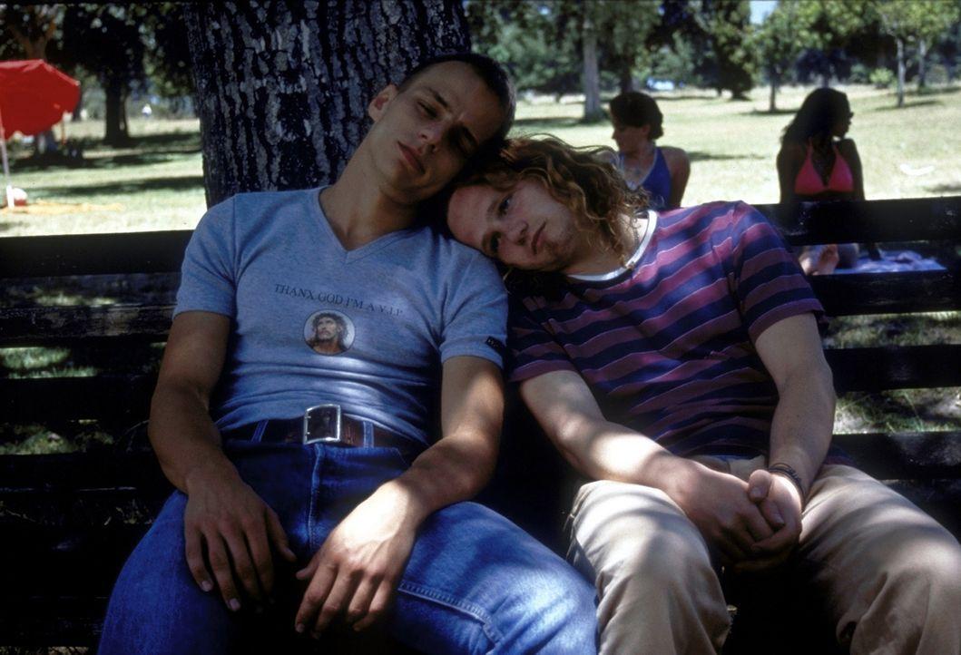 Michaels (Christian Näthe, r.) und Olivers (Tom Wlaschiha, l.) Albtraum sind die Zwillinge in ihrem Heimatort. Sie träumen von all den wunderschönen... - Bildquelle: David Bloomer ProSieben