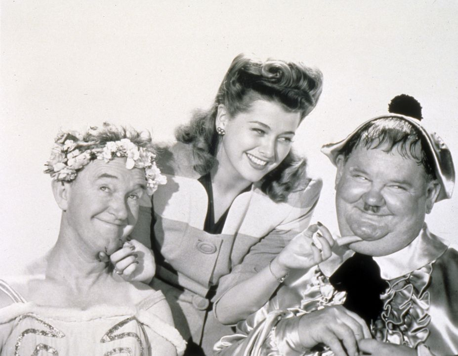(v.l.n.r.) Stan (Stan Laurel); Trudy Harlan (Trudy Marshall); Ollie (Oliver Hardy) - Bildquelle: 1943 Twentieth Century Fox Film Corporation. Renewed 1970 Twentieth Century Fox Film Corporation.  All rights reserved.