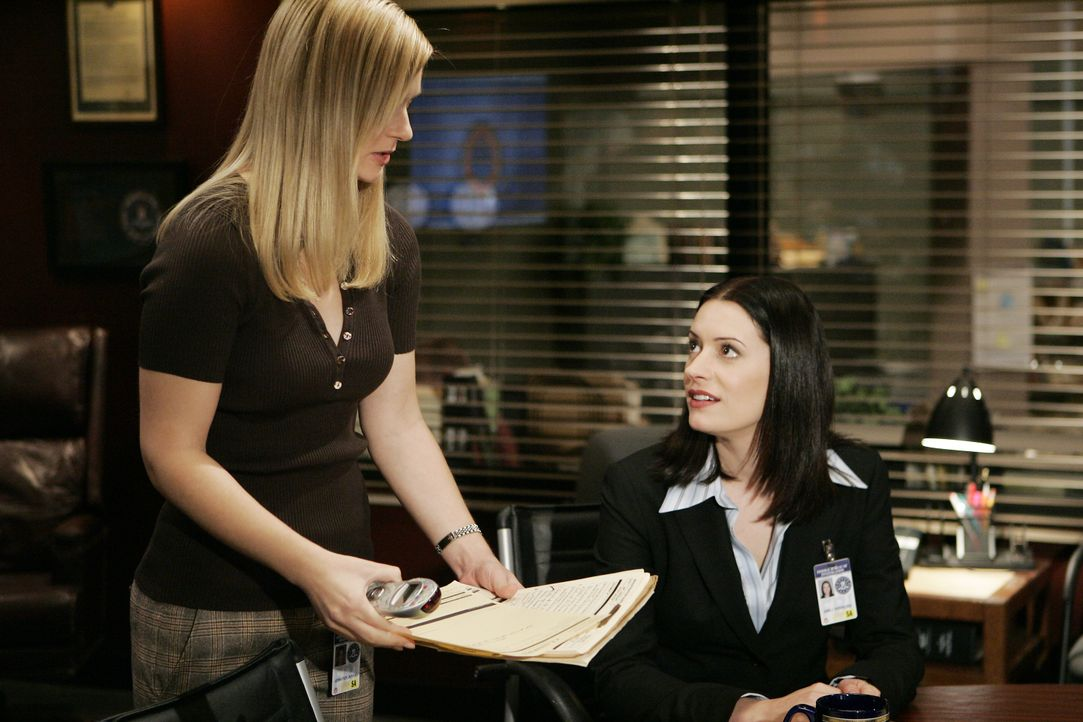 JJ (AJ Cook, l.) und Emily Prentiss (Paget Brewster, r.) suchen nach Hinweisen, um einen neuen Fall lösen zu können ... - Bildquelle: Cliff Lipson 2006 Touchstone Television. All rights reserved. NO ARCHIVE. NO RESALE. / Cliff Lipson