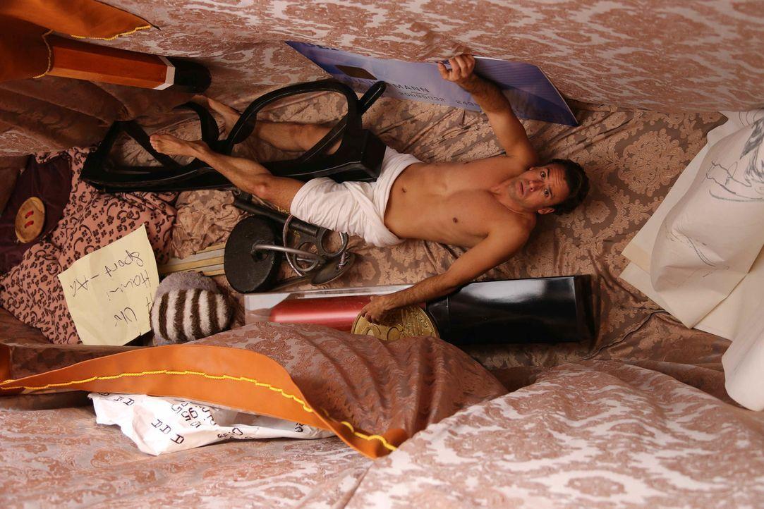Nach dem ersten Schock über ihren geschrumpften Chef (Stephan Luca) packt Ina ihn kurzerhand, stopft ihn in ihre Handtasche - und soll nun unter sei... - Bildquelle: Laura Schleicher SAT.1
