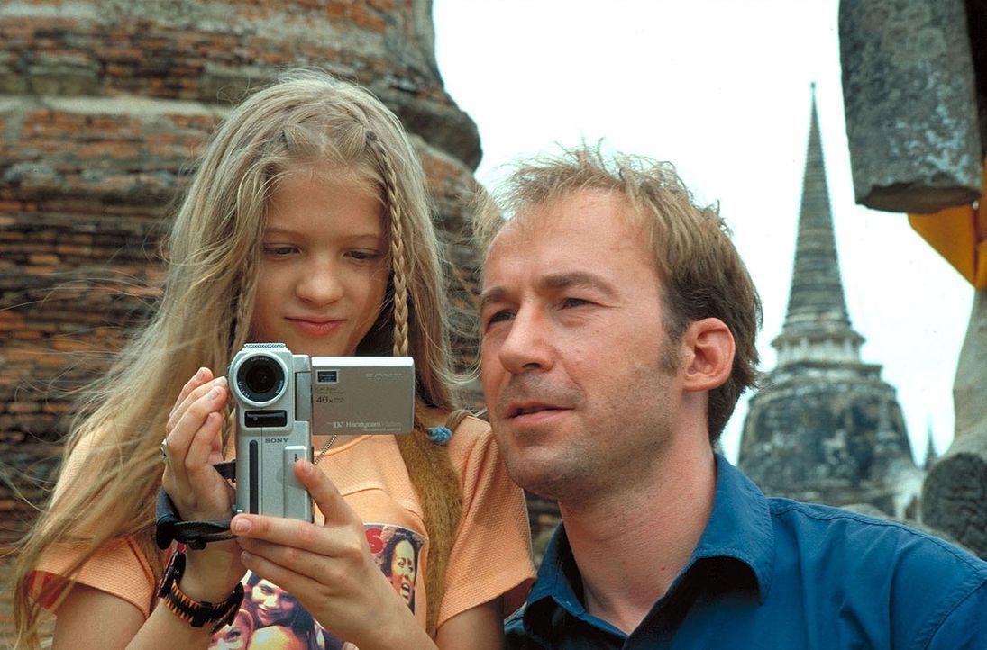 Sven Arnhold (Ulrich Noethen, r.), Ehefrau Jana und Tochter Melanie (Nadine Fano, l.) müssen auf dem Weg nach Australien eine Zwischenlandung in Ban... - Bildquelle: Manju Sawhney ProSieben