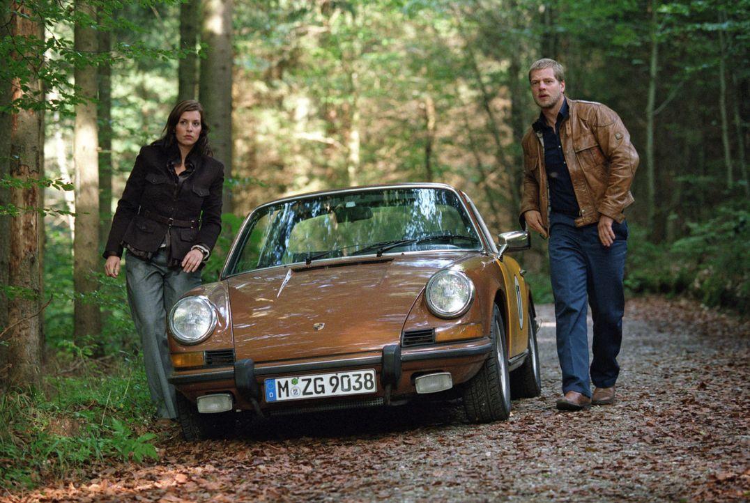 Millionär Leissen fährt nicht in die Stadt, um sich mit seinem Banker zu treffen, sondern in ein Waldgebiet. Nina (Elena Uhlig, l.) und Leo (Henning... - Bildquelle: Christian A. Rieger Sat.1