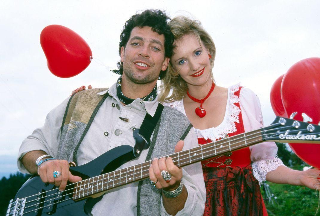Tony Gordons Bassist Max Unger (Gregor Bloeb, l.) und Sängerin Franziska Schmirl (Katarina Klaffs, r.) tun ganz unschuldig, dabei hatte Franziska ei... - Bildquelle: Magdalena Mate Sat.1