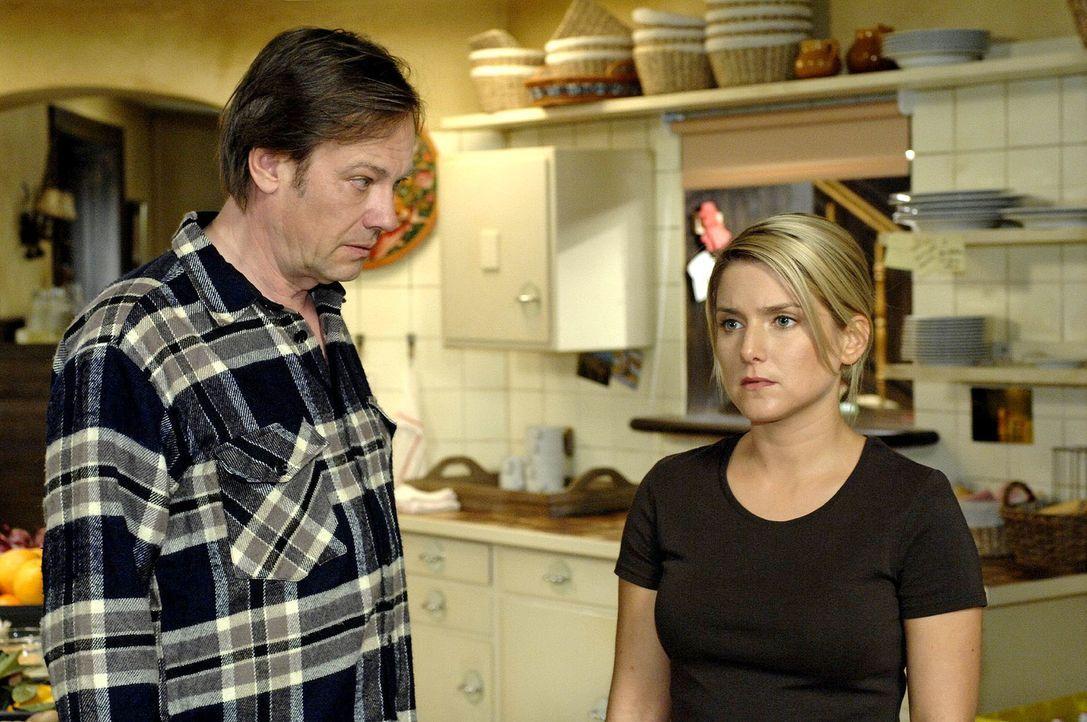 Entsetzt erfährt Anna (Jeanette Biedermann, r.), dass Armin (Rainer Will, l.) das Restaurant ausbauen will. - Bildquelle: Oliver Ziebe Sat.1