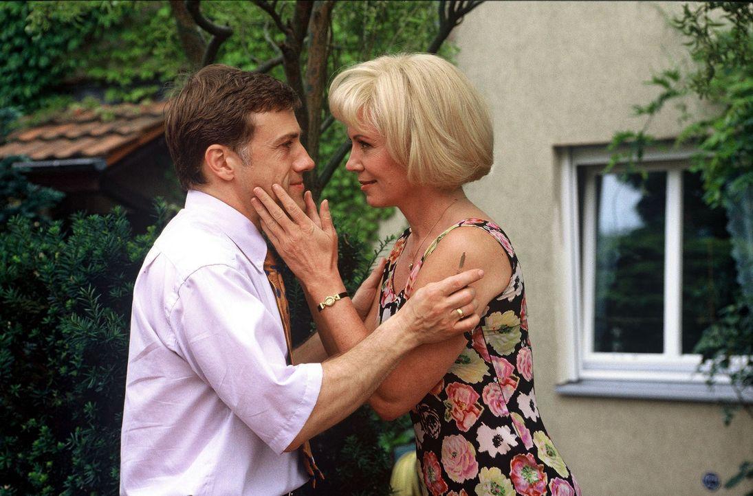 Nach kurzer Rücksprache mit seiner Frau Rita (Iris Berben, r.) macht sich Lehmann (Christoph Waltz, l.) auf die Reise in die Provinz. - Bildquelle: Wolfgang Meier Sat.1