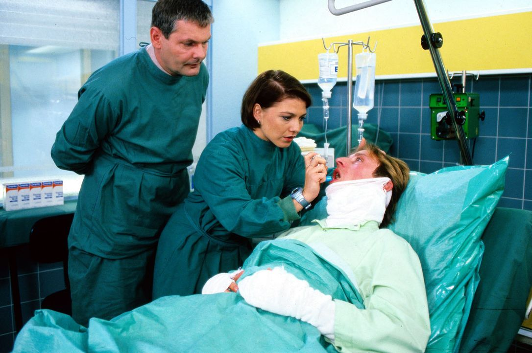 Feuerwehrmann Ekke Hoppe (Bjarne Ingmar Mädel, r.) hat sich bei einer Rettungsaktion selbst in Gefahr gebracht und liegt verletzt im Krankenhaus. S... - Bildquelle: Noreen Flynn Sat.1