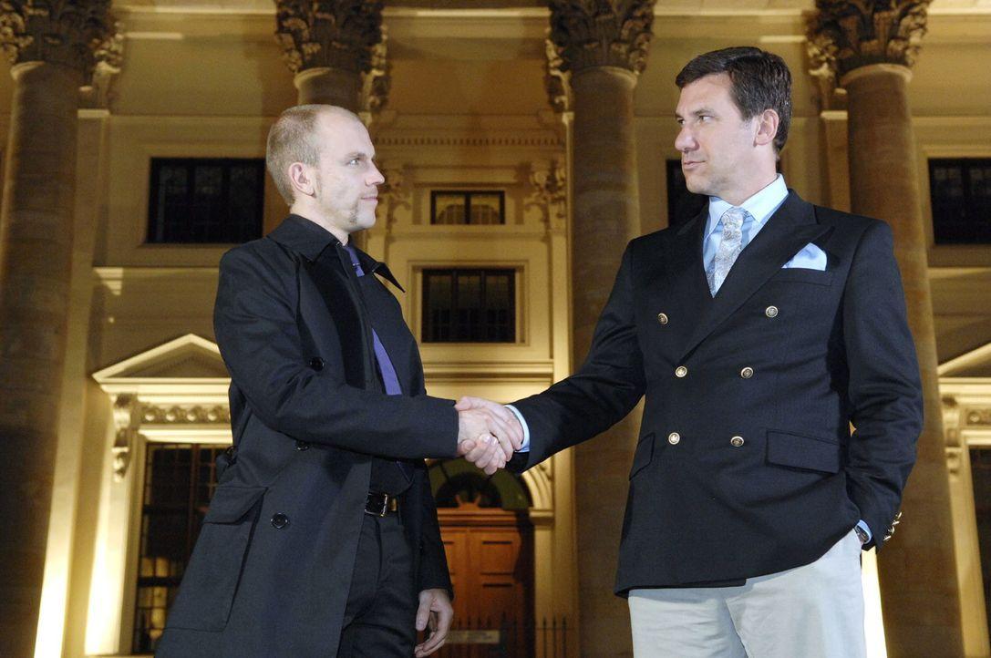 Gerrit (Lars Löllmann, l.) trifft sich mit Lord Lanford (Dale Raley, r.), um ihn für seine Geschäftsidee zu begeistern ... - Bildquelle: Claudius Pflug Sat.1
