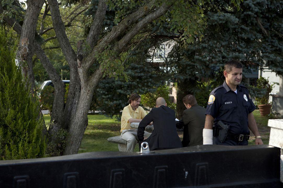 Kann er der Polizei mögliche Hinweise auf den Täter liefern? Nach dem Mord an seiner Frau Debi befragen die Ermittler Ehemann Harold Whitlock (l.) .... - Bildquelle: Jeremy Lewis Cineflix 2010