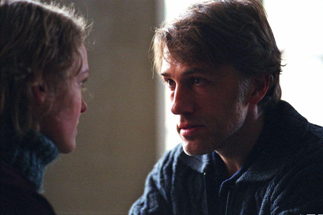 Richard Seemann (Christoph Waltz, r.) glaubt in seiner Tochter Charlotte (Caroline Scholze, l.) seine Frau Anke zu sehen. - Bildquelle: Martin Kurtenbach Sat.1