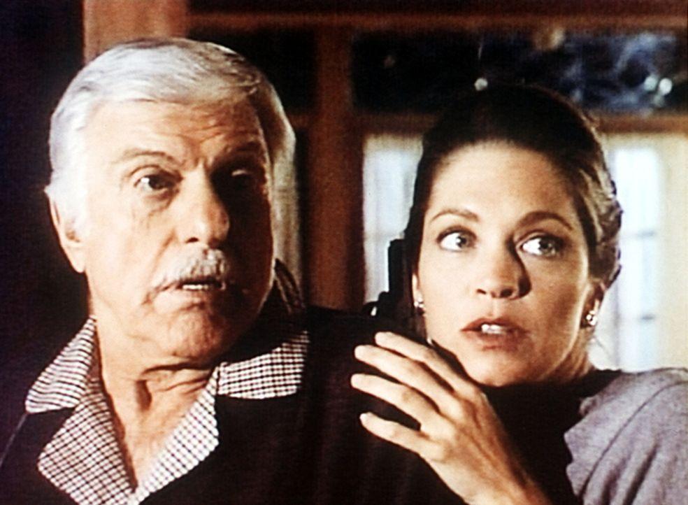 Lily (Carolyn Lowery, r.) sucht bei Dr. Sloan (Dick Van Dyke) Schutz vor ihrem Freund. - Bildquelle: Viacom