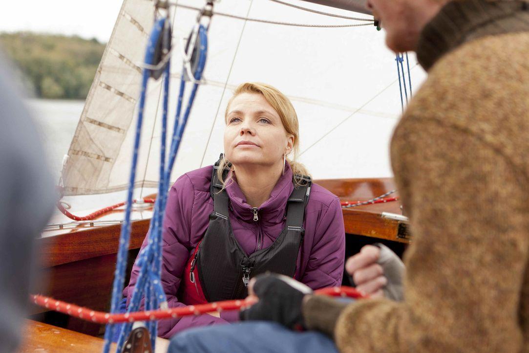 Um die richtige Entscheidung zu treffen, geht Danni (Annette Frier) mit ihren drei Klienten mal eine Runde zum Segeln ... - Bildquelle: Frank Dicks SAT.1