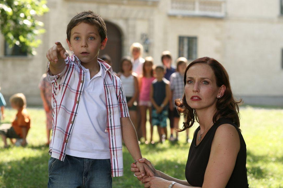 Adrian (Konstantin Reichmuth, l.) zeigt Juliane (Beate Maes, r.) seine furchtbare Entdeckung ... - Bildquelle: Petro Domenigg Sat.1