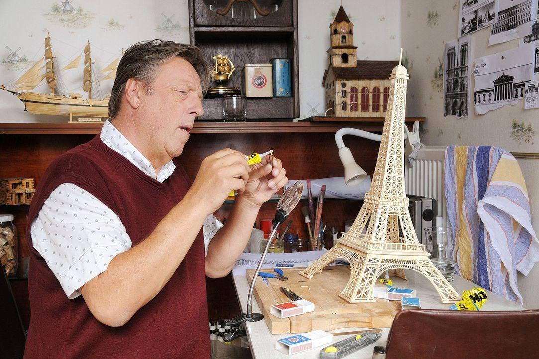 Der verbitterte Herr Pasulke (Hansjürgen Hürrig) bastelt an seinem Eiffelturm aus Streichhölzern ... - Bildquelle: Aki Pfeiffer Sat.1