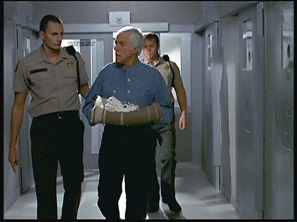 Dr. Mark Sloan (Dick Van Dyke, M.) wird in die Todeszelle geführt, da das Gericht ihn aufgrund von Indizien wegen Mordes zum Tode verurteilt hat. - Bildquelle: Viacom