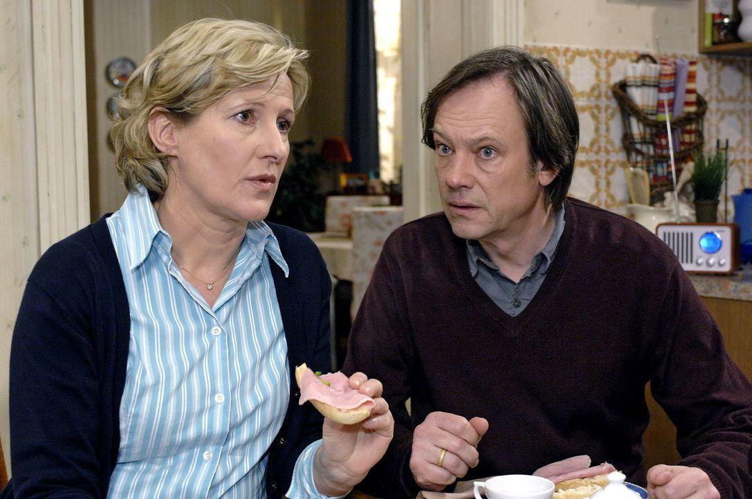 Armin (Rainer Will, r.) versucht Susanne (Heike Jonca, l.) zu beruhigen, die sich vor dem Termin beim Gesundheitsamt fürchtet. - Bildquelle: Oliver Ziebe Sat.1
