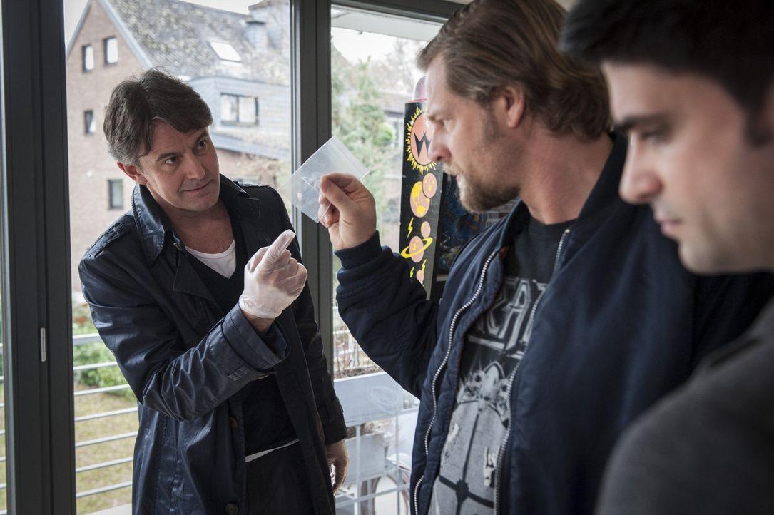 Carsten Wiechert liegt tot in seiner Wohnung. Er wurde in eine Glasvitrine geschleudert und erlitt einen Genickbruch. Dank der Hilfe von Meisner (Ro... - Bildquelle: Martin Rottenkolber SAT.1