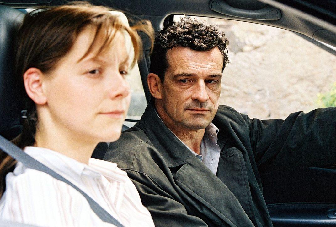 Steiner (Thomas Sarbacher, r.) befragt Haushälterin Anna Briese (Chris Pichler, l.), die ein Päckchen mit wertvollem Schmuck auf dem Speicher der Vi... - Bildquelle: Thomas Kost Sat.1