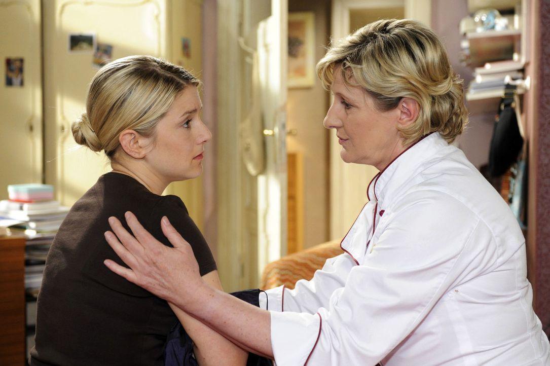 Susanne (Heike Jonca, r.) spricht Anna (Jeanette Biedermann, l.) vor der bevorstehenden Hochzeit Mut zu. - Bildquelle: Oliver Ziebe Sat.1