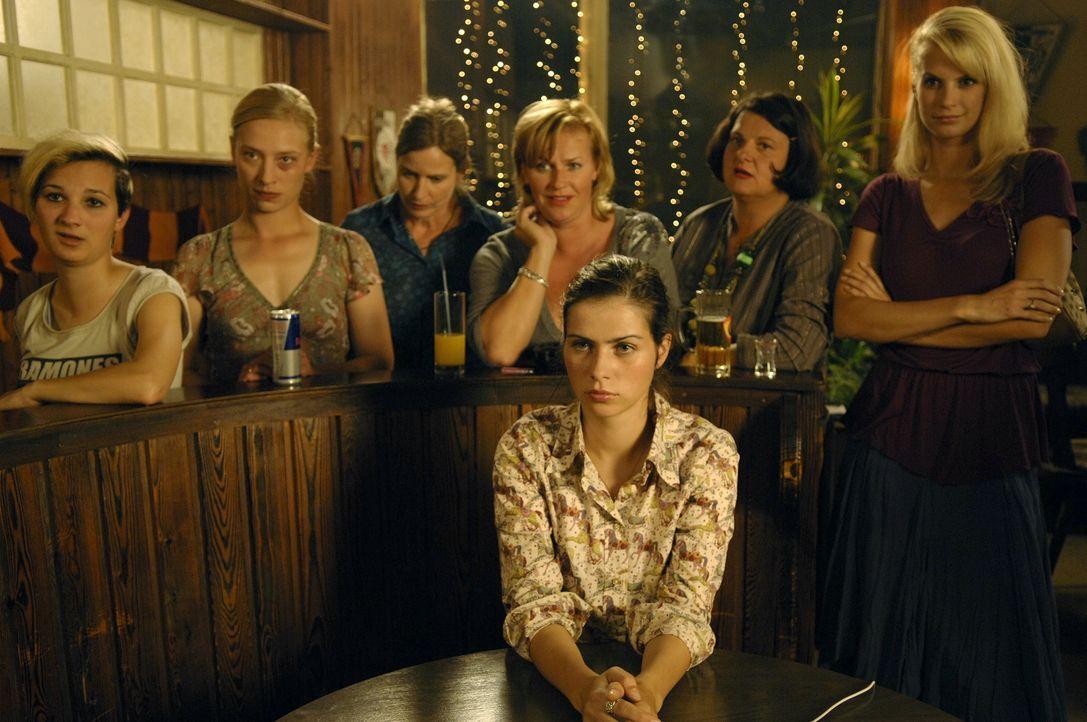 Anna (Nora Tschirner, vorne) und ihre Leidgenossinnen gründen eine Frauenmannschaft und fordern die Männer zu einem entscheidenden Spiel heraus ... - Bildquelle: Wüste Filmproduktion