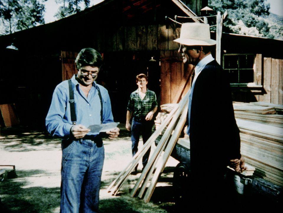 Der Bauunternehmer Sarver (Michael Conrad, r.) unterbreitet John (Ralph Waite, l.) und Ben (Eric Scott, hinten) ein überraschendes Angebot. - Bildquelle: WARNER BROS. INTERNATIONAL TELEVISION
