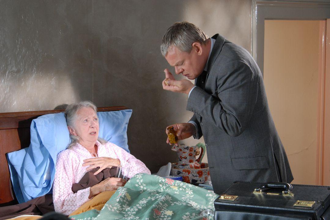 Martin (Martin Clunes, r.) muss sich mit einer Patientin (Thelma Barlow, l.) plagen, die ein künstliches Kniegelenk erhalten hat, sich aber weigert,... - Bildquelle: BUFFALO PICTURES/ITV