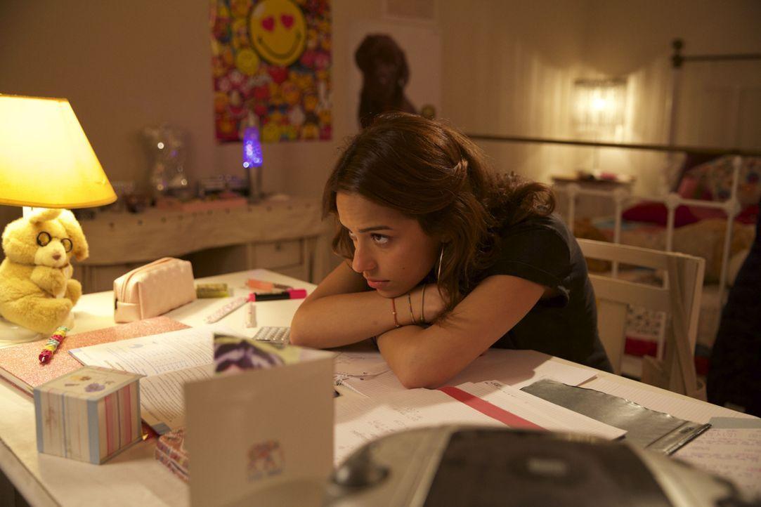 Die meiste Zeit verbringt Janette (Gizem Emre) vor dem Fernseher, bis ihr Mark klar macht, dass in ihr viel mehr steckt als sie selbst vermutet ... - Bildquelle: Melanie Clearly SAT.1