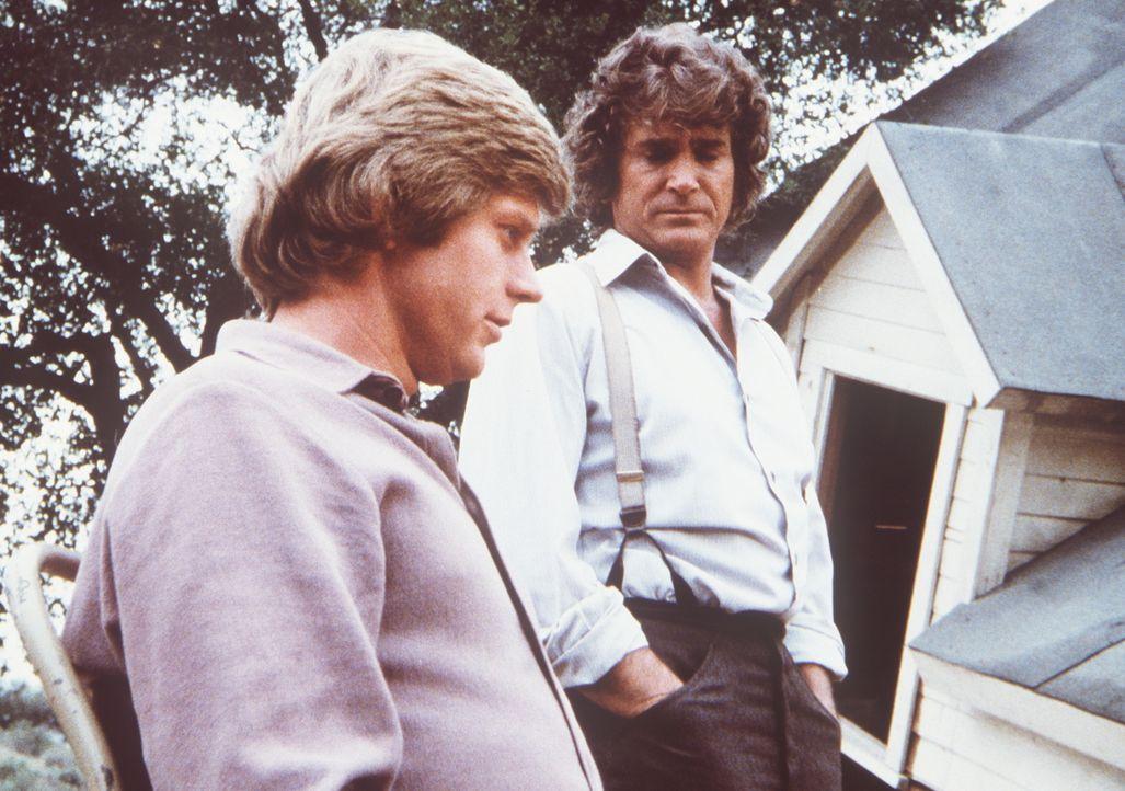 Charles Ingalls (Michael Landon, r.) betrachtet mit seinem Schwiegersohn Almanzo (Dean Butler, l.) dessen Haus, das bei einem Tornado zerstört wurde. - Bildquelle: Worldvision