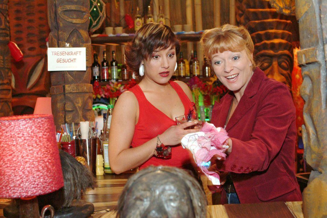 Yvonne (Bärbel Schleker, l.) bringt die arbeitsuchende Helga (Ulrike Mai, r.) ungewollt auf eine Idee ... - Bildquelle: Monika Schürle Sat.1