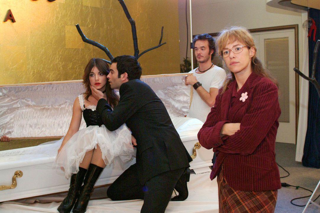 Während David (Mathis Künzler, 2.v.l.) sich besorgt um seine Verlobte kümmert, hat Lisa (Alexandra Neldel, r.) kein Verständnis für Mariellas (Bianc... - Bildquelle: Monika Schürle Sat.1