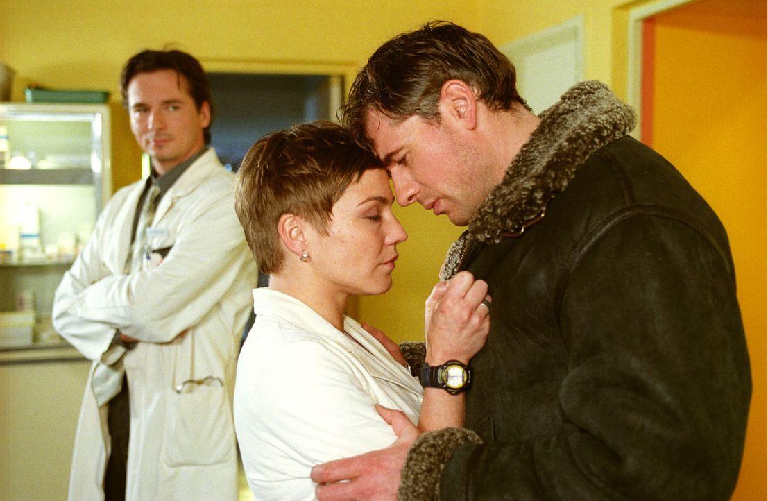 Trotz ihrer Scheidung merken Stephanie (Claudia Schmutzler, M.) und Frederik (Daniel Morgenroth, r.), dass sie doch noch viel füreinander empfinden.... - Bildquelle: Noreen Flynn Sat.1