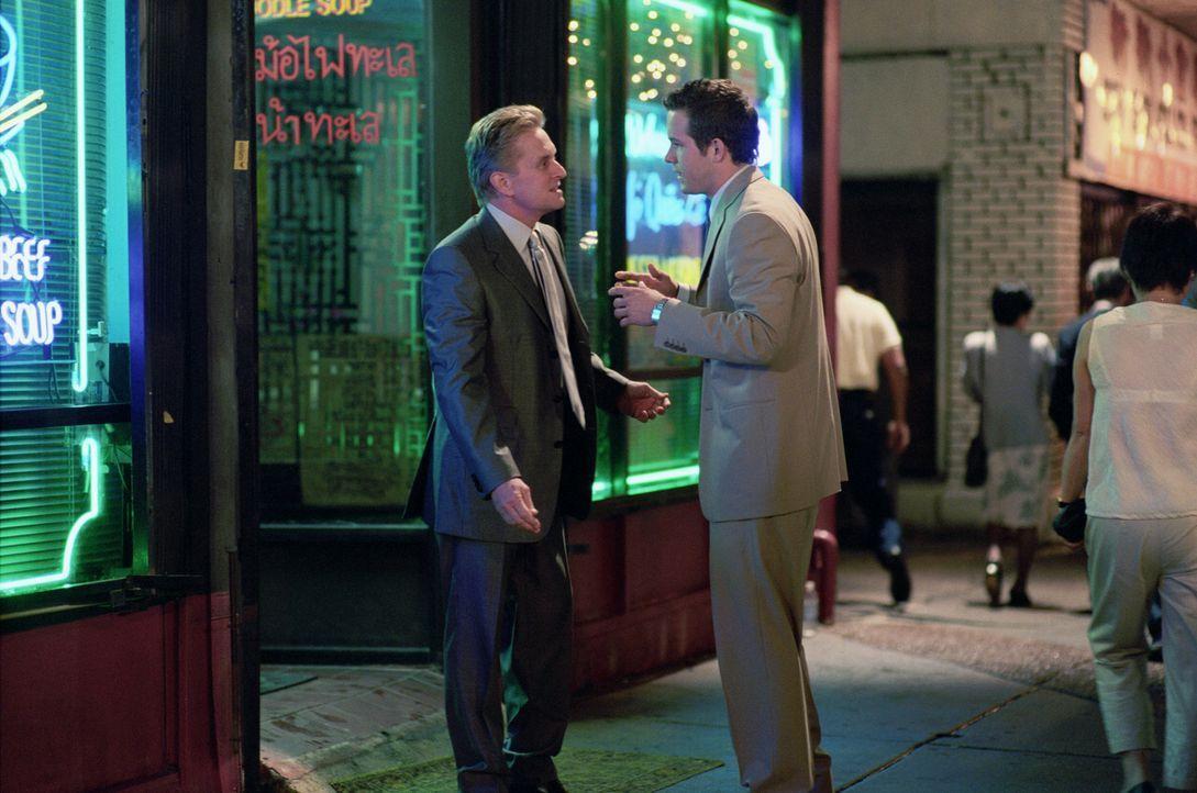 Zur Hochzeit seines Sohnes Mark (Ryan Reynolds, r.) mit Melissa Peysers soll alles anders werden und Steve (Michael Douglas, l.) nimmt sich vor, pün... - Bildquelle: Warner Bros.